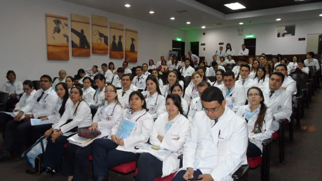 en conferencias los médicos intercambian y actualizan información de enfermedades de los ojos como Blefaritis