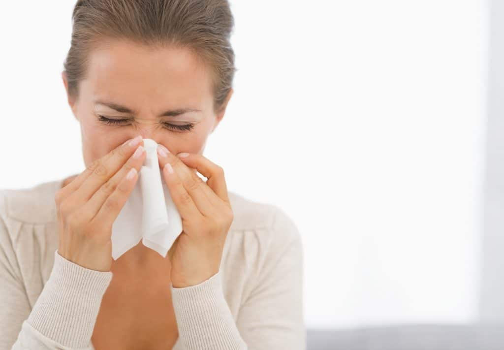 persona con nariz tapada