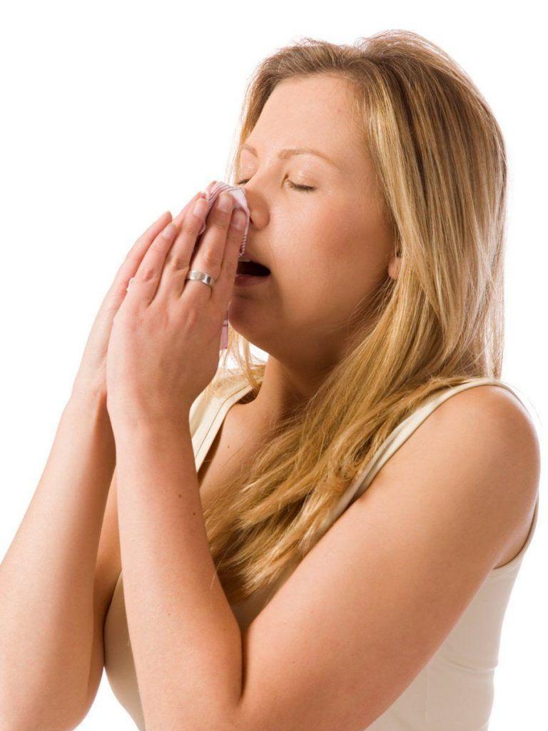 estornudo y picazon en la nariz son síntomas de Rinitis
