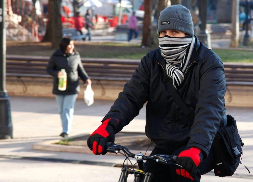 cubrirse del frío para evitar cambios de temperatura ante una Rinitis