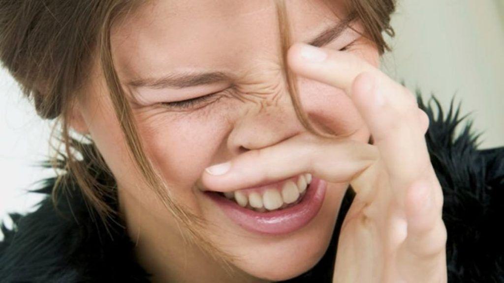 rascarse la nariz propicia a un Epistaxis