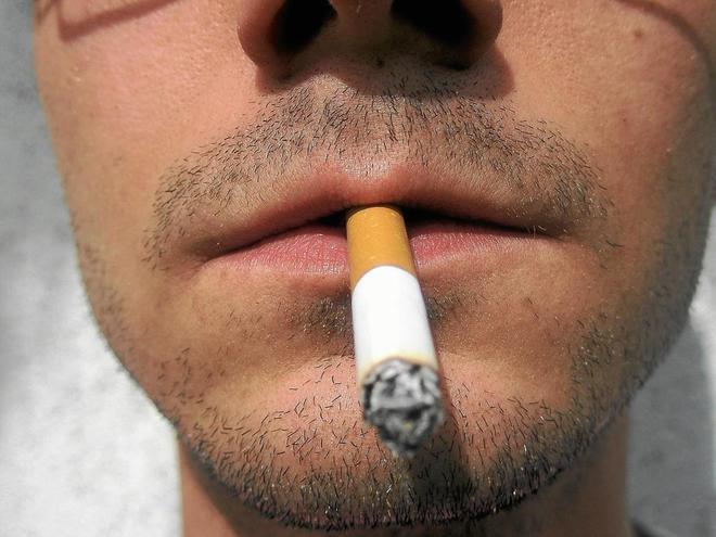 cigarro en la boca y altas temperaturas que promueven Enfermedades de la lengua